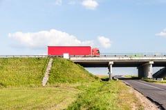 Brücke über der Landstraße Lizenzfreie Stockbilder