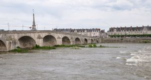Brücke über der Loire Stockbilder