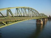 Brücke über einem breiten Sagen auf der Grenze lizenzfreie stockbilder