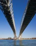 Brücke über einem Fluss Stockbild