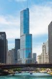 Brücke über einem Fluss in Chicago im Stadtzentrum gelegen lizenzfreie stockfotos