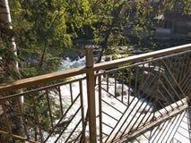 Brücke über einem Gebirgsstrom in den Karpaten stockbilder