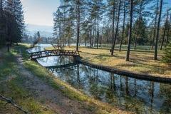 Brücke über einem Kanal Lizenzfreie Stockfotografie
