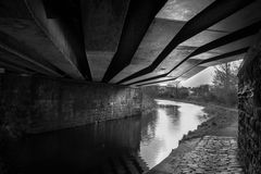 Brücke über einem Kanal Lizenzfreie Stockbilder