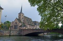Brücke über einem Kanal und eine Kirche in Straßburg, Frankreich lizenzfreies stockfoto