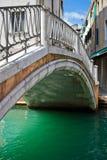 Brücke über einem Kanal in Venedig lizenzfreies stockbild
