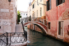 Brücke über einem Kanal, Venedig, Italien Stockbild