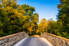 Brücke über einem Nebenfluss in Adams County, Pennsylvania Lizenzfreies Stockfoto