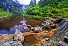 Brücke über einem See Stockbild