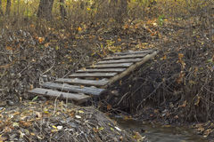 Brücke über einem Strom Stockfotos