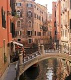 Brücke über einem venetianischen Kanal lizenzfreie stockfotos