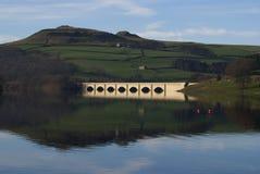 Brücke über einem Vorratsbehälter Stockfotos