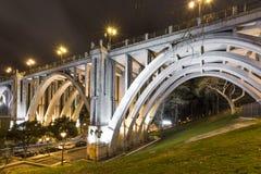 Brücke über einer Straße in der Stadt Lizenzfreie Stockfotos