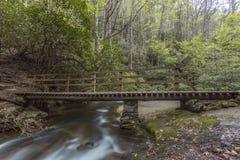 Brücke über flüssigem Fluss stockfotos