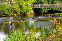 Brücke über Fluss stockfotos