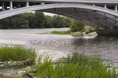 Brücke über Fluss Stockfotografie