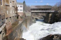 Brücke über Fluss lizenzfreie stockbilder