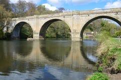 Brücke über Fluss-Abnutzung lizenzfreies stockfoto