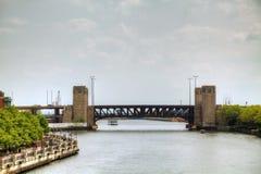 Brücke über Fluss in im Stadtzentrum gelegenem Chicago Lizenzfreie Stockfotos