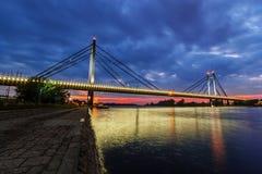 Brücke über Fluss nachts Lizenzfreies Stockfoto