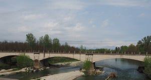 Brücke über Fluss Orco in Brandizzo Stockbilder