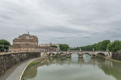 Brücke über Fluss in Rom, Italien Lizenzfreies Stockfoto