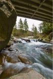 Brücke über Fluss und Wasserfall Lizenzfreie Stockfotos