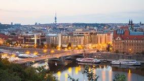 Brücke über Fluss vor Sonnenaufgang in der Prag-Zeitspanne stock video footage