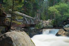 Brücke über Gebirgsfluss Stockfotos