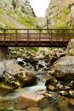 Brücke über Gebirgsfluss Lizenzfreies Stockfoto
