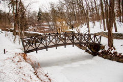Brücke über gefrorenem Fluss Stockbilder