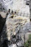 Brücke über gestörtem Wasser Stockfotos