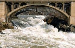 Brücke über gestörtem Wasser Lizenzfreie Stockbilder