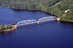 Brücke über gestörtem Wasser Stockbild