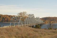 Brücke über gestörtem Wasser Lizenzfreie Stockfotografie