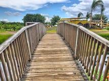 Brücke über gestörtem Wasser Stockfoto