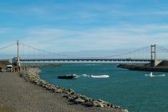 Brücke über Gletschersee stockfotografie