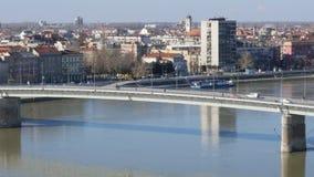 Brücke über hereinkommender Stadt Fluss Donaus von Novi Sad stock footage