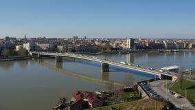 Brücke über hereinkommender Stadt Fluss Donaus von Novi Sad stock video