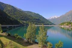 Brücke über künstlichem Verney See, Rhône-Alpes, Frankreich stockbild