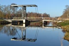 Brücke über kanaal und radfahrender Straße Apeldoorns Stockbild