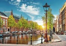 Brücke über Kanal in Amsterdam die Niederlande bringt Fluss Amstel unter Stockfotografie
