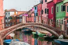 Brücke über Kanal in Burano Lizenzfreie Stockfotografie