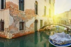 Brücke über Kanal Rio Della Maddalena Venedig Italien lizenzfreie stockfotografie