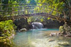 Brücke über Kawasan-Wasserfall Lizenzfreie Stockbilder