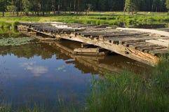 Brücke über kleinem Fluss Stockbild