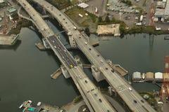 Brücke über kleiner Wasser-Strasse Stockbild