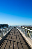 Brücke über Landstraße Stockfotos