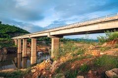 Brücke über Namka-Fluss Stockfoto