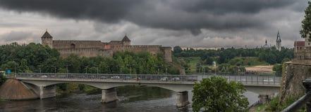 Brücke über Narva-Fluss lizenzfreie stockbilder